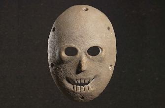 Annoncée lors d'une conférence de presse par les membres de l' Israël Antiquities Authority cette découverte relance l'intérêt pour ce type d'artefacts qui signent, avec la figuration du visage humain, une nouvelle étape de l'évolution de l'homme. La première présentation au public de 12 de ces masques néolithiques avait eu lieu lors d'une exposition à Jérusalem en 2014, Face to face . Ces masques de pierre calcaire, dotés de trous pour l'accrochage, et d'orifices pour les yeux et la bouche, présentent un nez et une dentition sculptés.